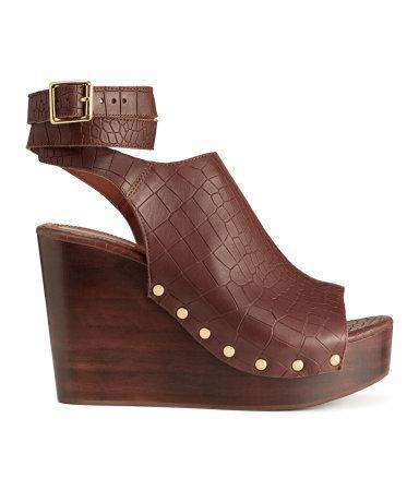 Dunkelbraun/Gemustert. PREMIUM QUALITÄT. Sandaletten aus Leder mit Krokoprägung und einem Keilabsatz aus Holz. Verstellbarer Knöchelriemen mit