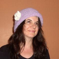 Bonnet doux, de couleur parme, tricoté main, pour femme