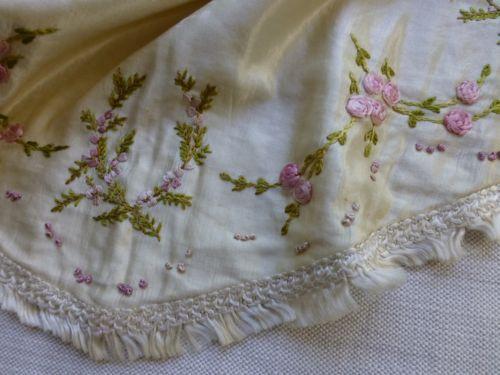 старинный Edwardian ручной вышивкой шелк атлас туалетный столик коврик Хизер и розы in Антиквариат, Текстиль для дома (до 1930 г.), Другие антикварные текстильные изделия | eBay