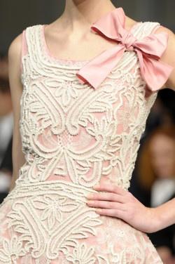 pretty: Income, Pink Bows, White Lace, Love Lace, Lace Bows, Pink Fashion, Oscars, Lace Dresses, Larenta