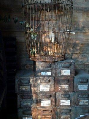 la cabane de L'épicerie de Vénat : récup, indus, cage à oiseaux, tiroirs en fer, rouille, www.lepicerie-de-venat.com
