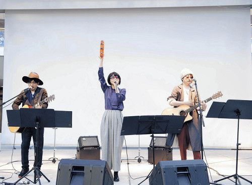 """いきものがかり、サプライズ""""結成""""16周年極秘イベント大失敗!  正体はバレているが変装して歌う、いきものがかりの(左から)水野良樹、吉岡聖恵、山下穂尊"""