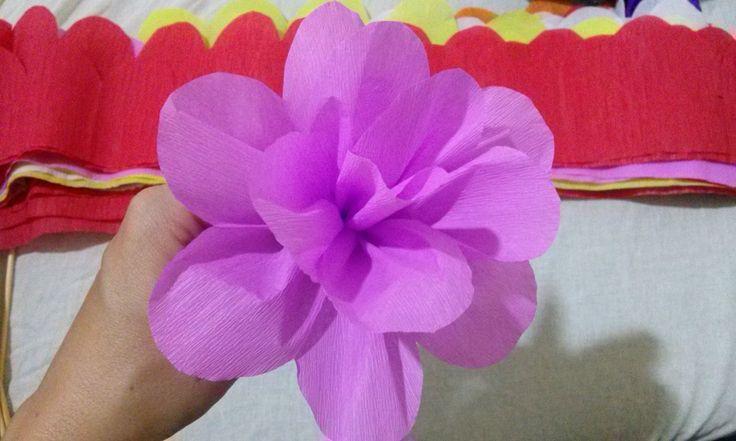 Flores sempre alegram, agradam olhos e corações! Hoje faremos essas simples flores de papel crepom, como a flor que fiz para o aniversário da Bárbara. Só que...