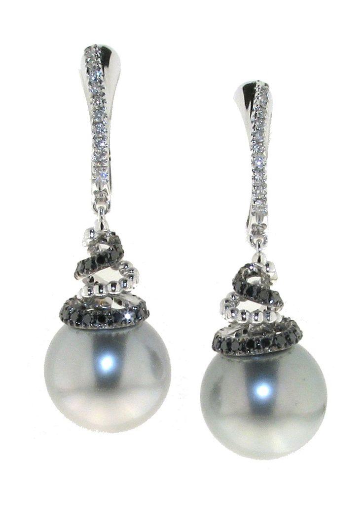 #Orecchini pendenti con #perle tahiti e #diamanti bianchi e neri di Utopia; disponibili da Bortolin Gioielli: www.bortolingioielli.it/prodotti