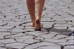 Девушка сняла туфли и шла босиком прямо по асфальту