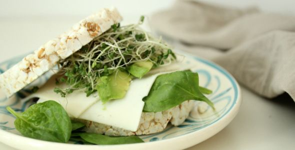 Tips voor gezond 'broodbeleg' zijn altijd welkom toch? Deze rijstwafel sandwich met geitenkaas, avocado en boccoli kiemen is echt een gezonde aanrader!