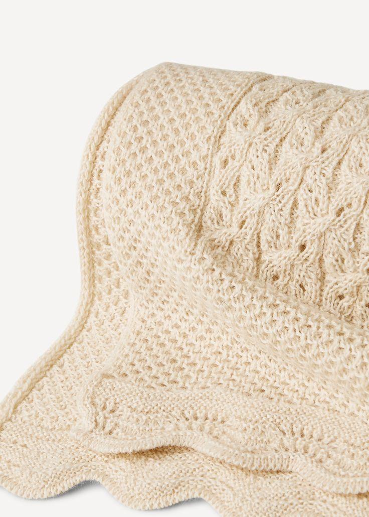Et deilig strikket pledd til den lille. Strukturstrikken gjør det lett og luftig og gjør det til et perfekt teppe å svøpe babyen i, eller som et luftig dekke i vognen. Størrelse: ca. 100 x 80 cm.