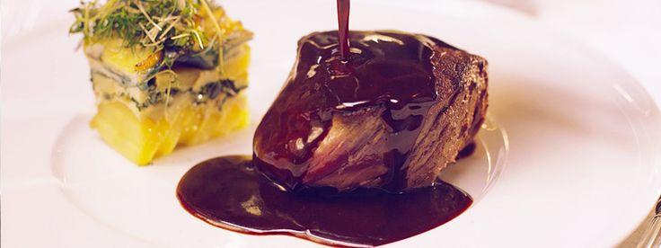 Rosastekt oxfilé i gott sällskap. Serveras med potatiskaka med smak av spenat och vitlök samt en mustig rödvinsås med smak av rökt fläsk och timjan.