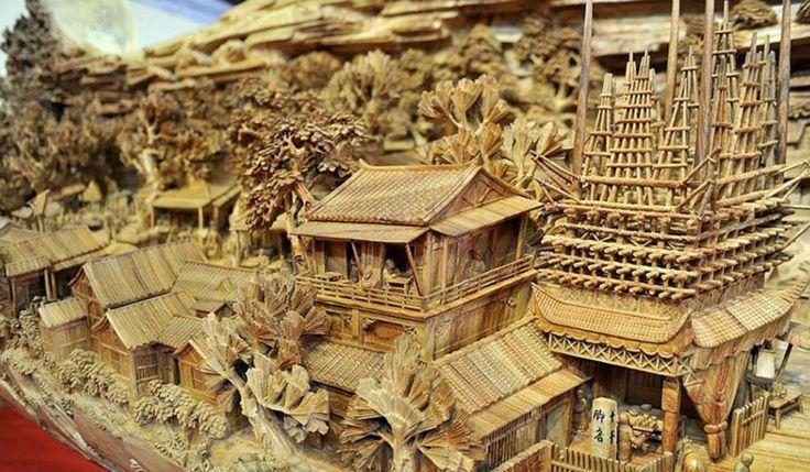 De Chinese Zheng Chunhui is een beeldhouwer die de afgelopen vier jaar heeft gespendeerd aan het maken van dit houten sculptuur. En blijkbaar was zijn tijd goed besteed.  Zijn gigantisch kunstwerk, gemaakt van een complete boomstam, is het grootste houten sculptuur in de wereld. Met een lengte van iets meer dan twaalf meter en een hoogte van drie meter, illustreert het de geschiedenis van het Chinese volk van de negende eeuw. Je ziet boten, bruggen, gebouwen en meer dan vijfhonderd mensen.