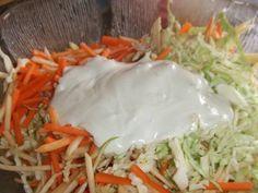 Fabulosa receta para Ensalada de repollo, manzana y zanahoria con salsa especial . Ayer mi marido hizo una comida sencilla pero muy rica y llena de vitaminas. Unas hamburguesas caseras con queso y tomates acompañadas de una ensalada exquisita e ideal para servir con todo tipo de platos de carne o aves a la plancha. Se trata de esta ensalada de repollo crujiente, con palitos de zanahoria, manzana y una salsa elaborada a base de yogur, nata y mostaza. Para cortar en juliana fina todos los…
