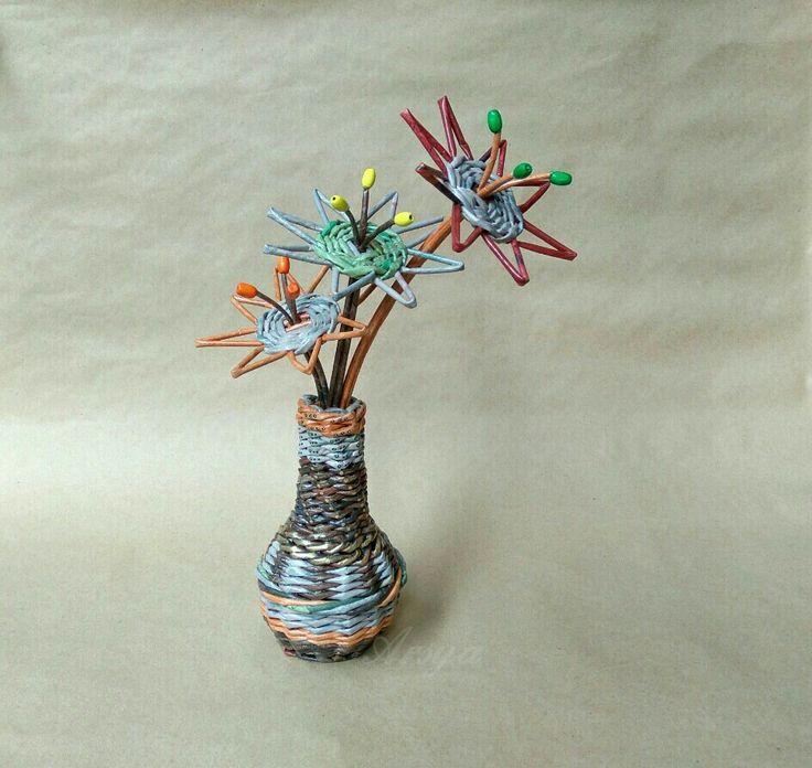 Vas dengan 3 tangkai bunga, anyaman kertas, paper work, art work.
