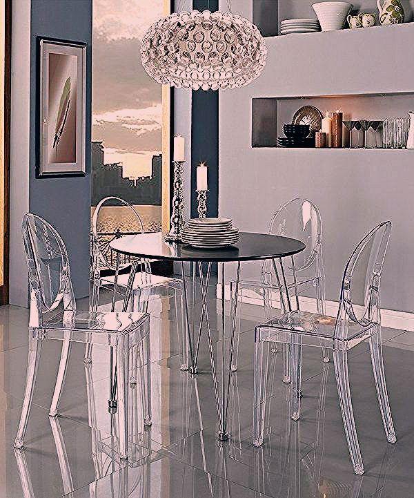Chaise Transparente La Chaise Ghost De Philippe Starck Table Noire Ronde Et Suspension Ronde Originale Ceiling Lights Home Decor Chandelier