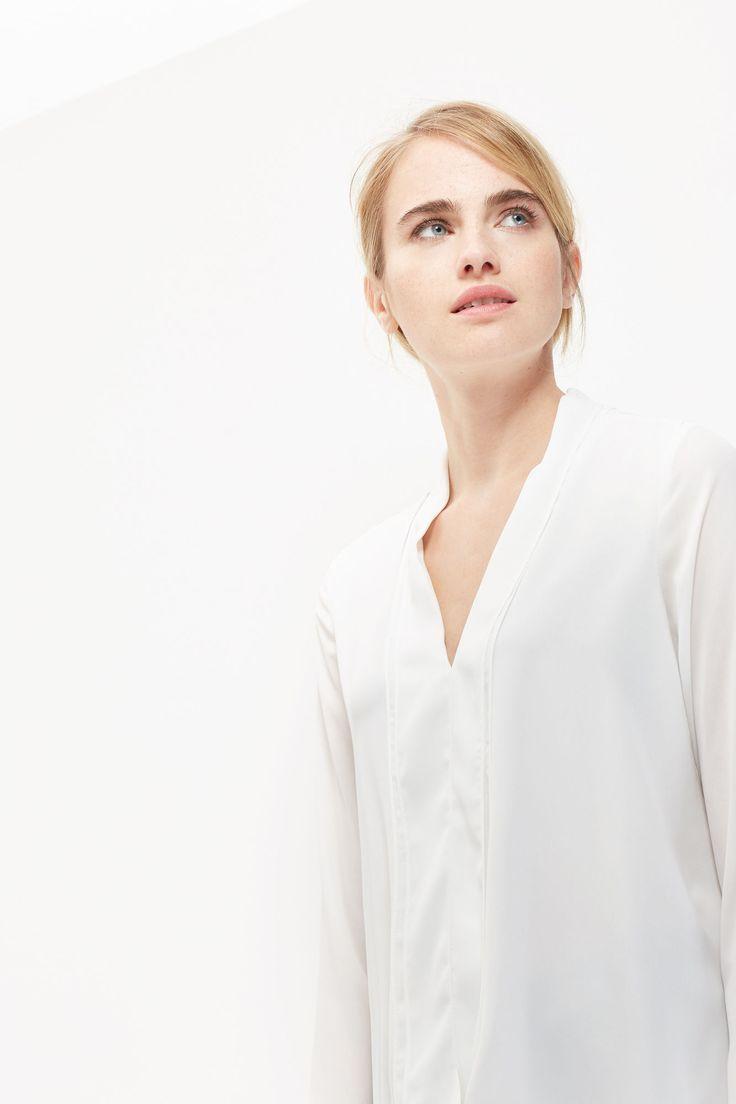 Blusa fluída estampada manga larga escote V con detalle de vuelta. Largo desigual | Blusas | Cortefiel