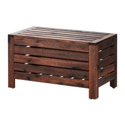 Förutom att förvara trädgårdsredskap och krukor, fungerar förvaringsbänken som extra sittplats eller avställningsyta. För extra hållbarhet, och för att du ska kunna glädja dig åt träets naturliga uttryck, har möbeln förbehandlats med flera lager av halvtransparent trälasyr.