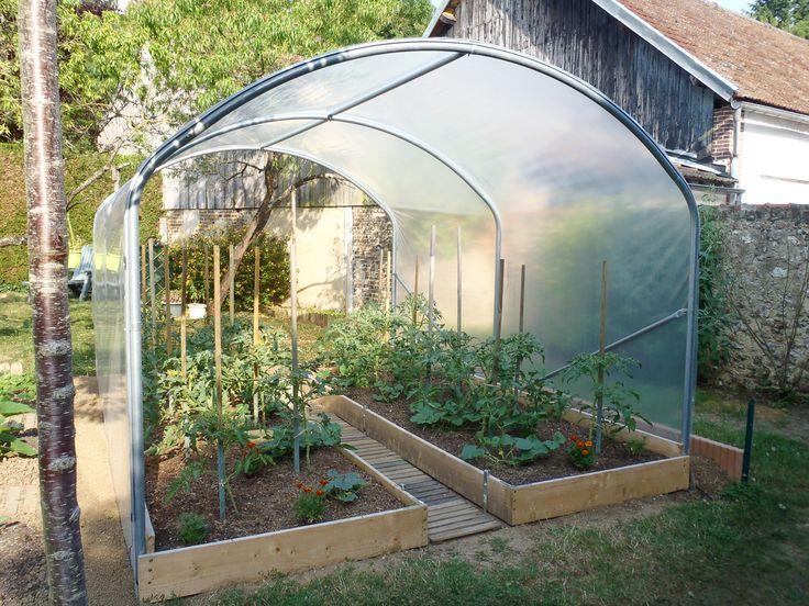 Une très jolie serre à tomates, aménagée avec soin par le client, qui a installé des bacs faits maison, très réussis.