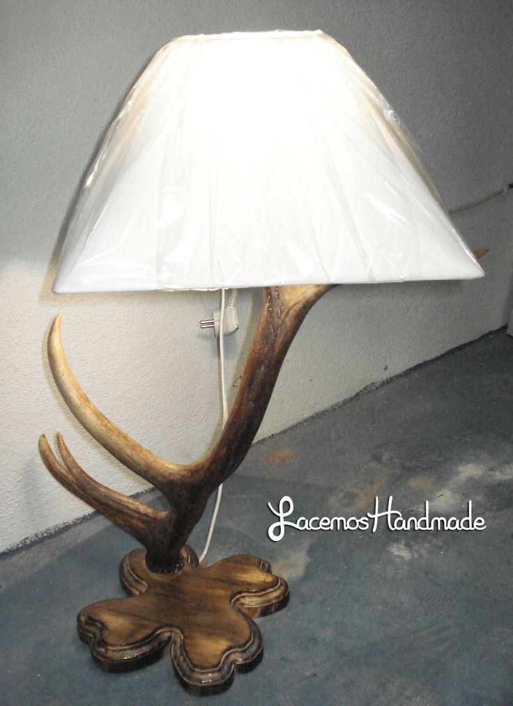 Lampara creada con un cuerno de ciervo. Con tulipa cuadradra de color blanco y base de madera tratada. Aqui la veis encendida.Mas info: http://www.facebook.com/Facemos