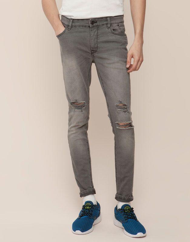 Un look + moderno con los pantalones vaqueros de hombre para otoño invierno  17 de PULL&BEAR: tejanos, vaqueros rotos, elásticos o desgastados.