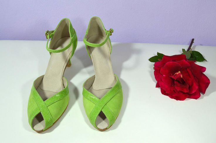 Zelené svatební boty. Model Alice T-styl. Kombinace exkluzivní kůže broušené i zdobené. svatební boty, svatební obuv, svadobné topánky, svadobná obuv, obuv na mieru, topánky podľa vlastného návrhu, pohodlné svatební boty, svatební lodičky, svatební boty na nízkém podpatku, nude boty, boty v telové barvě, svatební boty na nízkém podpatku, balerínky, pohodlné svatební boty, topánky vo farbe nude, zelená, pistáciové boty, limetkově zelené svatební boty
