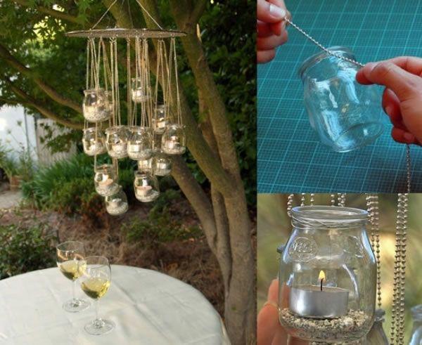 Frascos de vidrio que cuelgan y velas que iluminan.