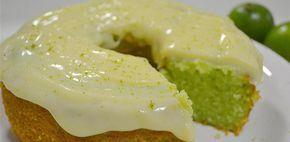 """Impressione a sua visita com este delicioso bolo de gelatina de limão. O """"Bolo verde"""" é prático e fácil de preparar."""
