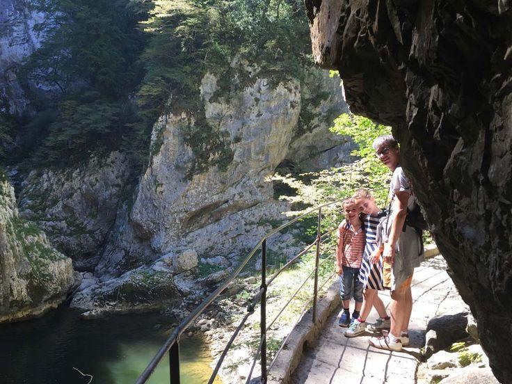 De grotten van Škocjan zijn de mooiste grotten van Slovenie. Lees hier alle tips voor een bezoek met kinderen en ontdek waarom je hier echt heen moet!