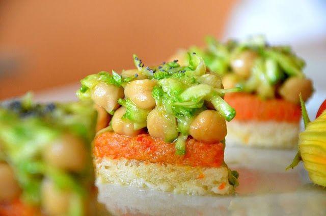 """""""Fresh Canapè"""" con insalata di ceci e zucchine e gelatina di gazpacho"""