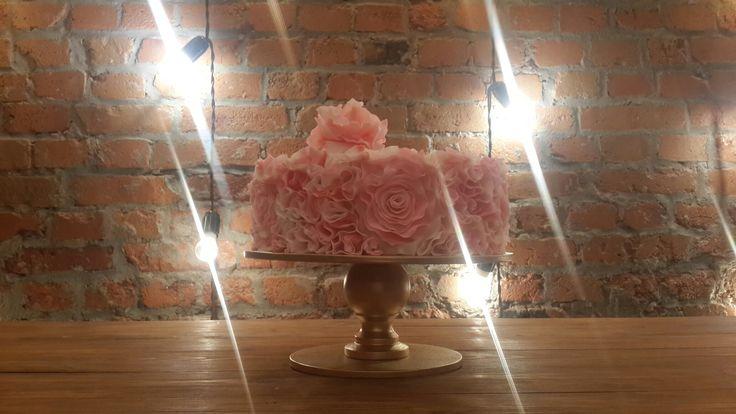 Романтический гофрированный торт .в стиле омбре ,который украсит любое ваше торжество
