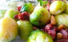 Spruitjes roerbak met komkommersalade en pijnboompitjes. Lekker, gezond en eenvoudig koolhydraat arm recept onderdeel van de gobento.nl weekmenu's.