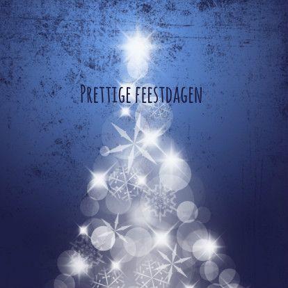 Kerstkaart met sfeervolle boom, bestaande uit lichtjes en kristallen, wit op een donkerblauwe achtergrond in grunge-stijl. Pas de tekst naar wens aan.
