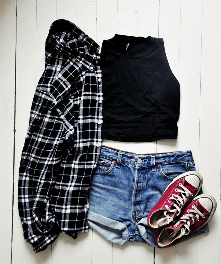 Crop top, jean shorts in blue, black and white flannel shirt and red converse sneakers - http://ninjacosmico.com/17-hipster-outfits-try-spring/