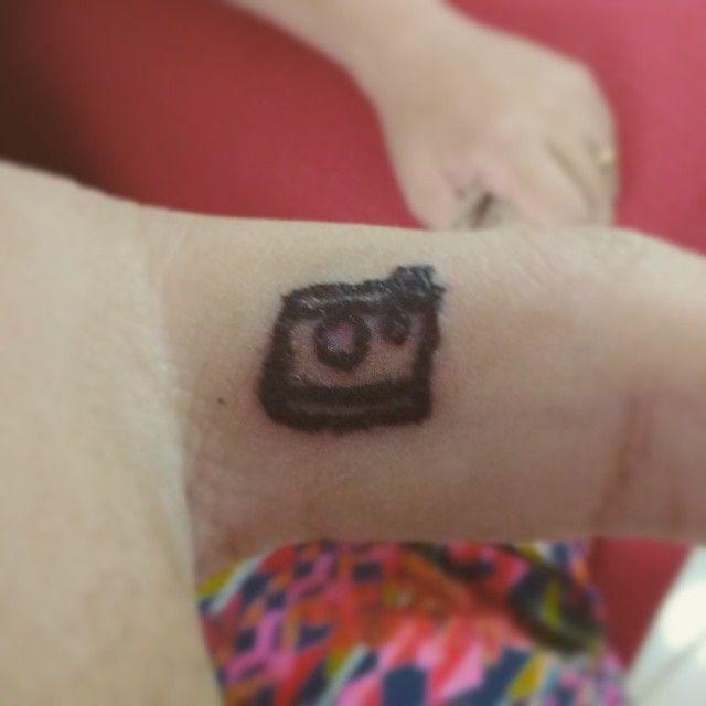 Feita pelo tatuador: Felipe Pereira. Câmera fotográfica no canto do dedo anelar.