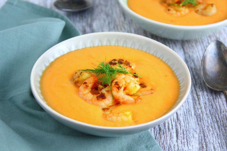Deze zoete aardappelsoep heeft pit en is daarnaast ook kruidig door de gamba's en fris door de limoen. Een heerlijke combi voor deze maaltijdsoep!