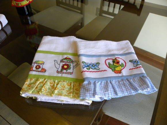 Panos de Pratos em tecido de sacaria, com babadinhos de tecido e barrainha bordada em Pto de Cruz.