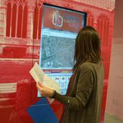Pannelli multimediali all'interno del Punto Informativo in piazza del Duomo.