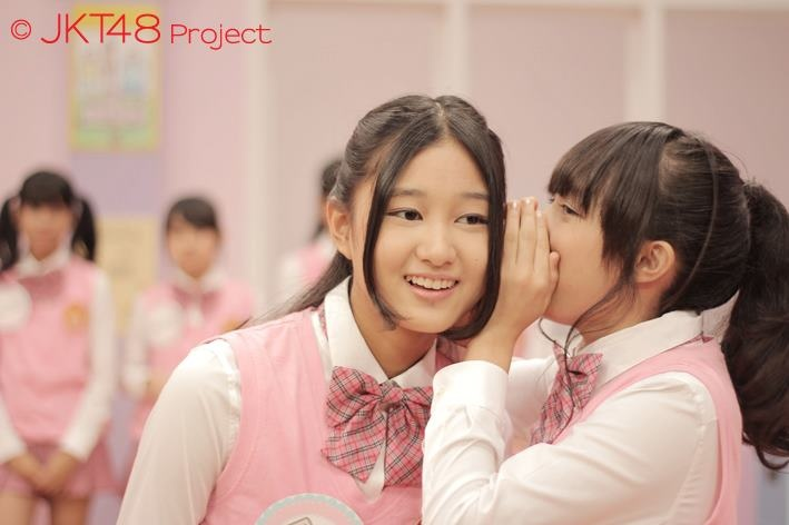 Ayana Whispered Something To Rena At JKT48 School TV Show.