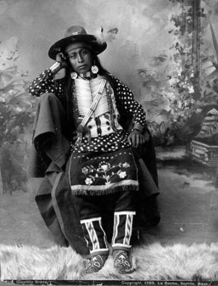 "Студийный портрет мужчины Не Персе (?) Дата 1899. Надпись: ""Umatilla brave/Copyright 1899, La Roche, Seattle, Wash."" Коллекция Frank La Roche. Museum of History and Industry, Seattle. University of Washington Libraries."