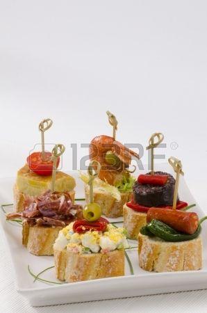 Montaditos cocina española rebanada de pan cubierto con una variedad de aperitivos tapas españolas photo