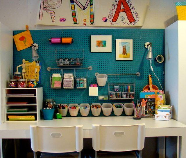 Panneau perforé mural multi-rangement. Disponible dans les enseignes de bricolage, le panneau perforé se décline en divers formats et matières (bois, métal, plastique). Utilisé pour ranger des affaires de bureau comme des outils de bricolage ou des ustensiles de cuisine, Il offre une multitude de possibilités de rangement et permet d'optimiser l'espace dans la hauteur. On peut facilement y fixer des étagères, des pots à crayons, y suspendre ciseaux, règles, et y intégrer des décorations.