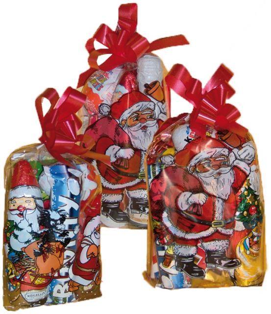 Kicsiknek és nagyoknak -a mi családunkban még mindig szokás egy zsáknyi édességet adni a másiknak, a csokimikulásokat pedig a kicsiknek az ablakba rakjuk, mintha a Mikulás tette volna oda :)