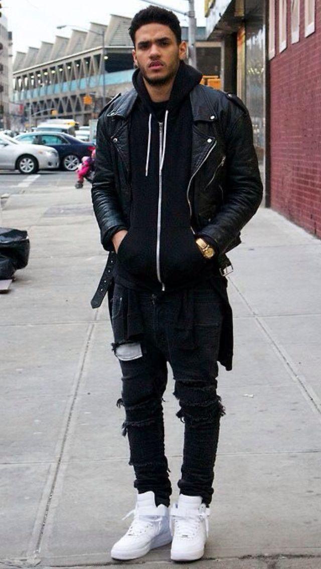 Den Look kaufen:  https://lookastic.de/herrenmode/wie-kombinieren/bikerjacke-pullover-mit-kapuze-enge-jeans-hohe-sneakers-uhr/9742  — Schwarzer Pullover Mit Kapuze  — Schwarze Leder Bikerjacke  — Goldene Uhr  — Schwarze Enge Jeans mit Destroyed-Effekten  — Weiße Hohe Sneakers