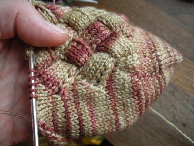 Gratis mönster på strumpor i näverstickning.
