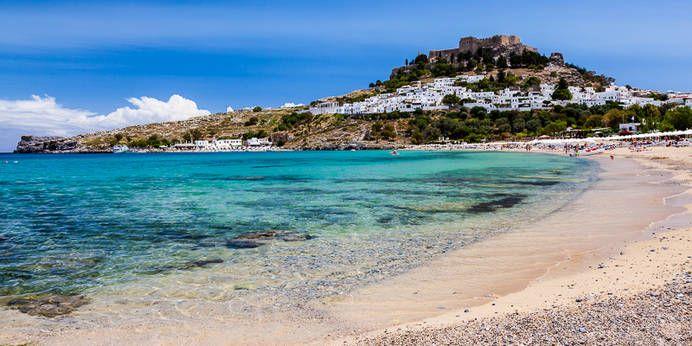 Ruinen und Strand von Lindos auf Rhodos, Griechenland