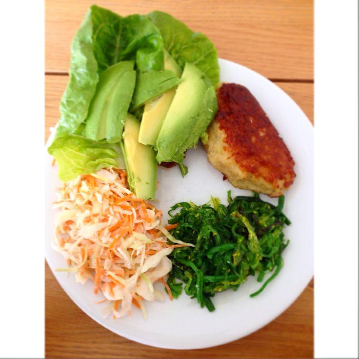 Fiskefrikadelle med tangsalat, avokado, hjertesalat og coleslaw. Lækker frokost
