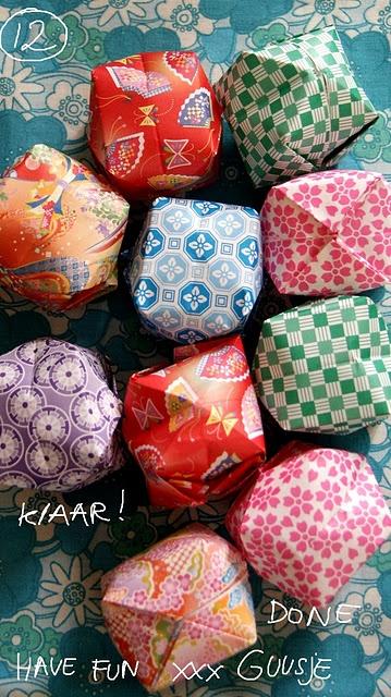 Maak deze papieren ballen / kerstballen zelf, met handleiding.