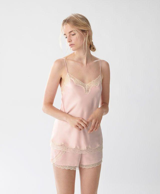 T-shirt rose satiné et dentelle - Hauts - Tendances printemps été 2017 en mode femme chez OYSHO online : lingerie, vêtements de sport, pyjamas, bain, maillots de bain, bodies, robe de chambre, accessoires et chaussures.