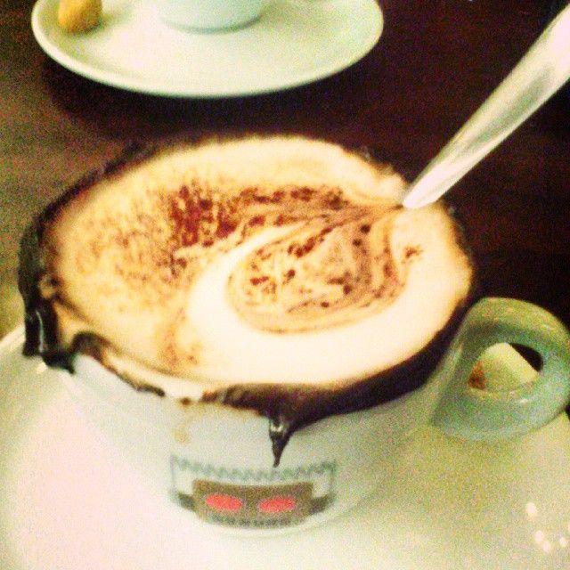 Tarde fria... Chocolate quente e alma tranquila.