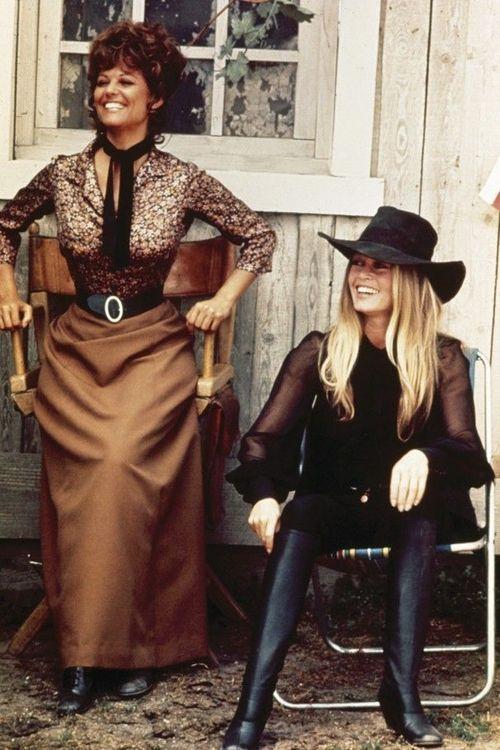 """Claudia Cardinale and Brigitte Bardot on the set of """"Les pétroleuses"""" - Photo by Leonard de Raemy [1971]"""
