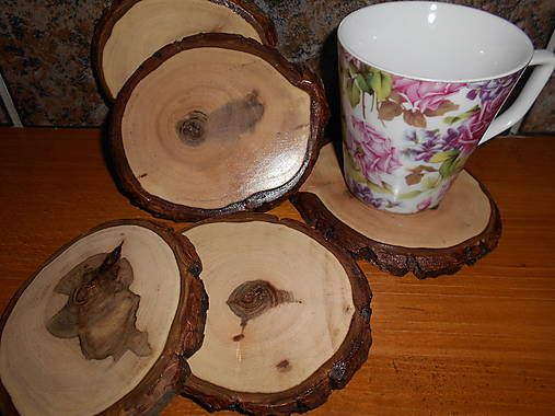 Spoznaj svoj strom pri kávičke... Podložky pod poháre sú vyrobené zo suchého orechového dreva s ponechanou kôrou. Sú do hladka obrúsené aby vynikla nádherná kresba dreva, ktoré maľovala sam...