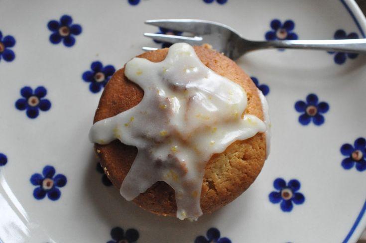Øj sikke lækre citronmuffins der blev tryllet på matriklen i dag! Det er påske og højtids-farven er gul og selvfølgelig skal der da serveres påskegule citronkager så! :-)    Citronen der blev brugt, var en kæmpe citron som faderen og