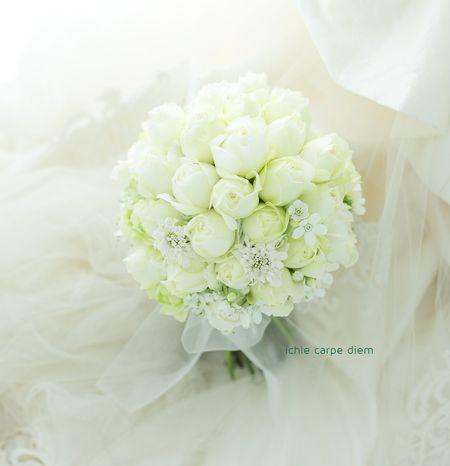 グランドプリンスホテル高輪様へ、白のバラを束ねた クラッチブーケでした。  白い星のような、 ホワイトスターとカスミソウをそえて。   ...